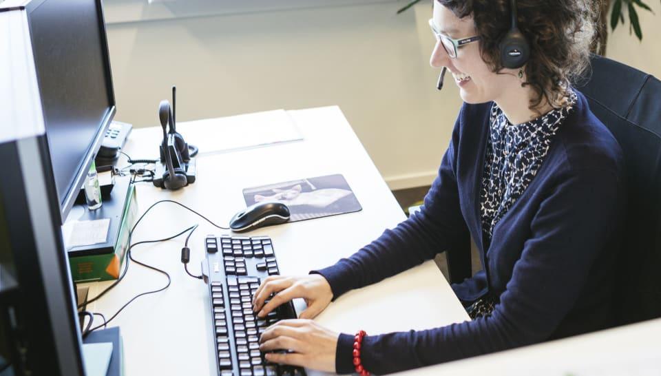 Vrouw is aan het werk achter computer