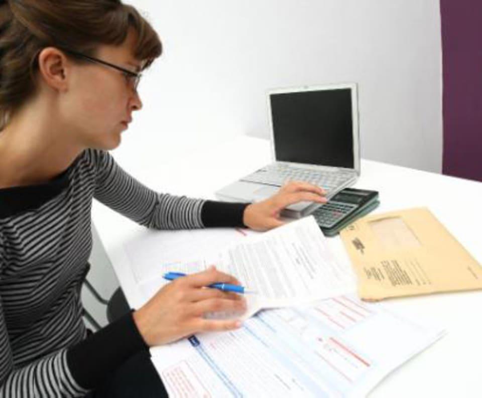 Vrouw vult belastingaangifte in