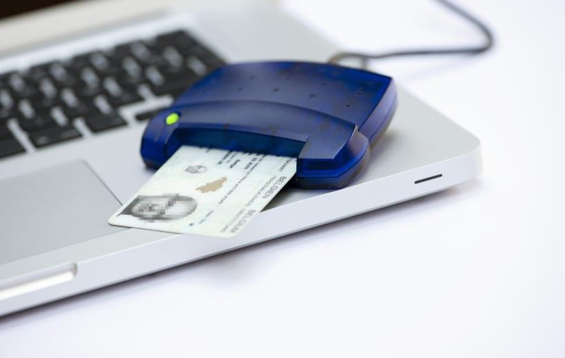 Computer met kaartlezer en identiteitskaart